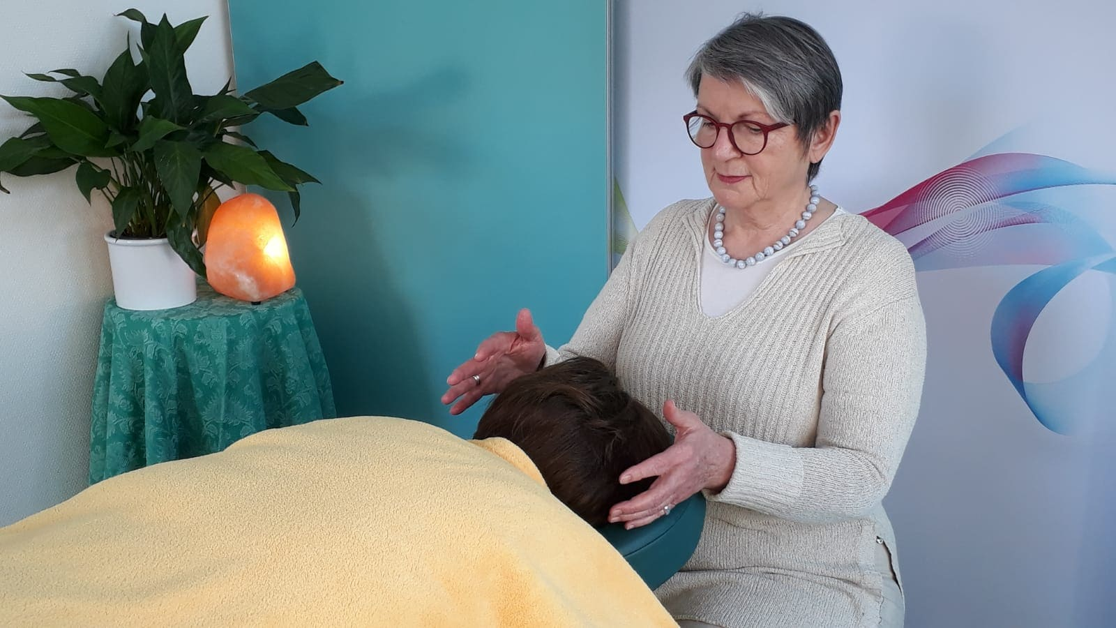 DAN Therapeutin Hedwig Heizmann bei der Behandlung.